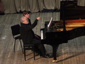 Жан-Клод Пеннетье играет программу баркарол. Фото Сергея Бирюкова.