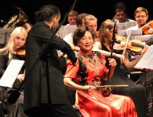 Цзян Цзянь Хуа (эрху) и Оливье Шарлье (скрипка) составили отличный дуэт. Фото Сергея Бирюкова.
